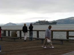 Някогашният страшен затвор Алкатраз се вижда от кея на Сан Франциско. Днес е туристическа атракция