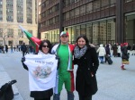Българските имигранти в Чикаго Никола Масларски в средата и Янка Велева с фланелата на Христо Ботев и Иляна Жечева - 100 % подкрепяме протестите на хората в България