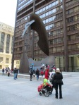 Българчетата си играят върху статуята на Пабло Пикасо подарена на Чикаго лично от великия художник. Статуята е висока 15 метра и тежи 162 тона.