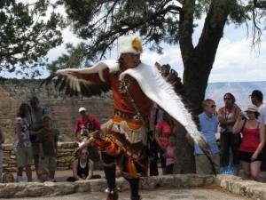 indianez ot plemeto Navajo tanzuva v Grand Canyon